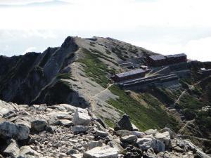 唐松岳頂上山荘を望む