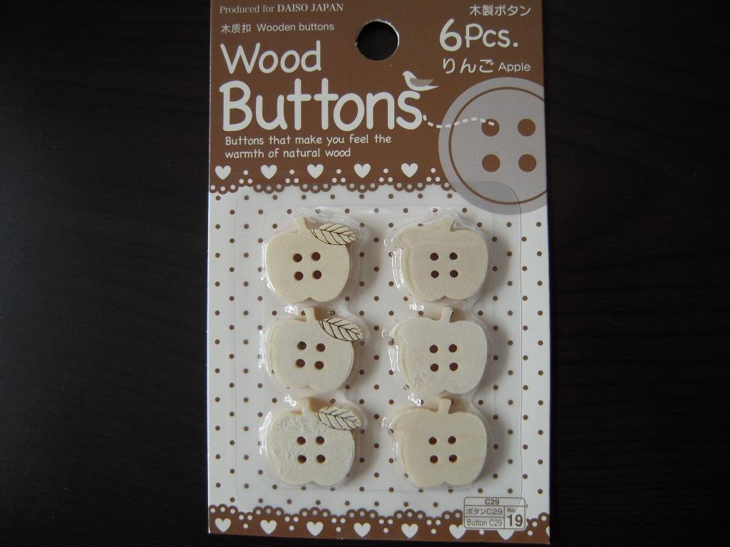 ダイソーの木製りんごボタン☆ 1
