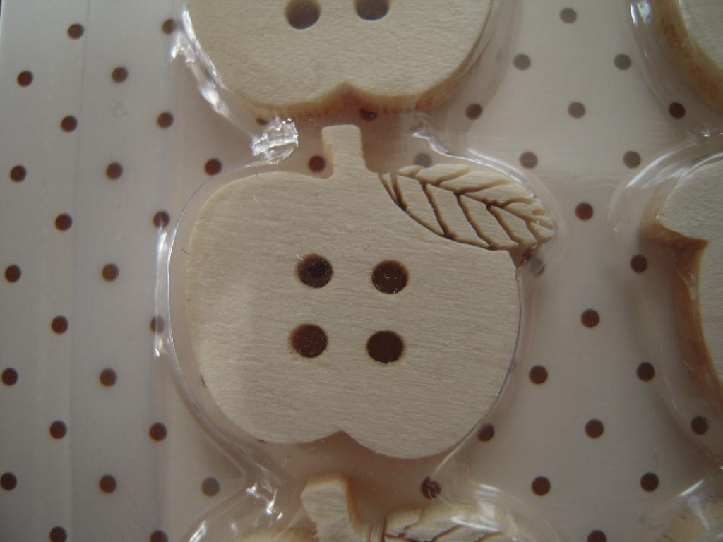 ダイソーの木製りんごボタン☆ 2