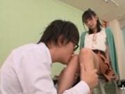 集中力が散漫な生徒に脚を触らせ誘惑する痴女教師(XVIDEOS)
