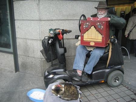 ストリートオルガンおじさんと猫IMG_4664