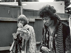 jimi_plays_monterey2.jpg