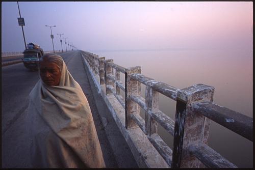 橋を歩く老女