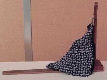 くけ台…縫いやすいように布を引っ張ってくれる道具です。