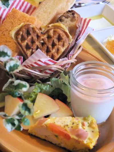 いろいろパンのバスケットとスパニッシュオムレツのワンプレート(400)