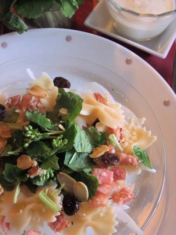 わさびの花とカリカリベーコンとパン粉のパスタサラダ(350)