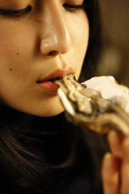 【牡蠣食う美女】
