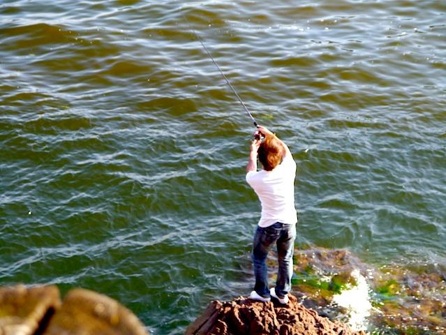 釣りする若いご主人