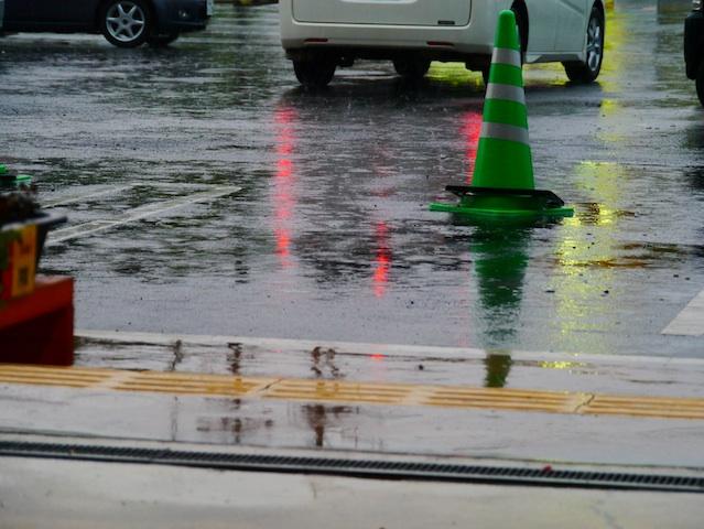 雨やどりにて 歩道