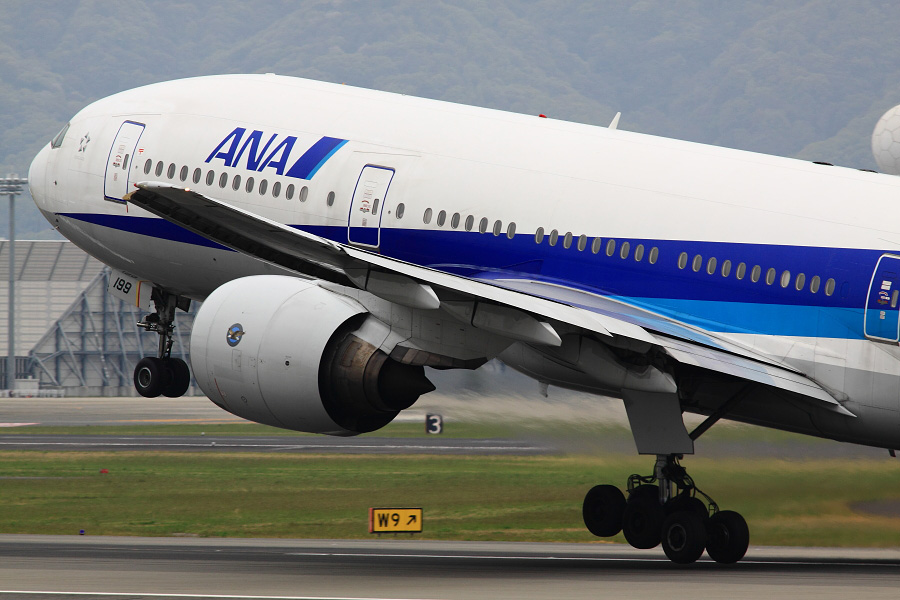 ANA B777-281 ANA20@伊丹スカイパーク(by EOS 50D with SIGMA APO 300mm F2.8 EX DG HSM)