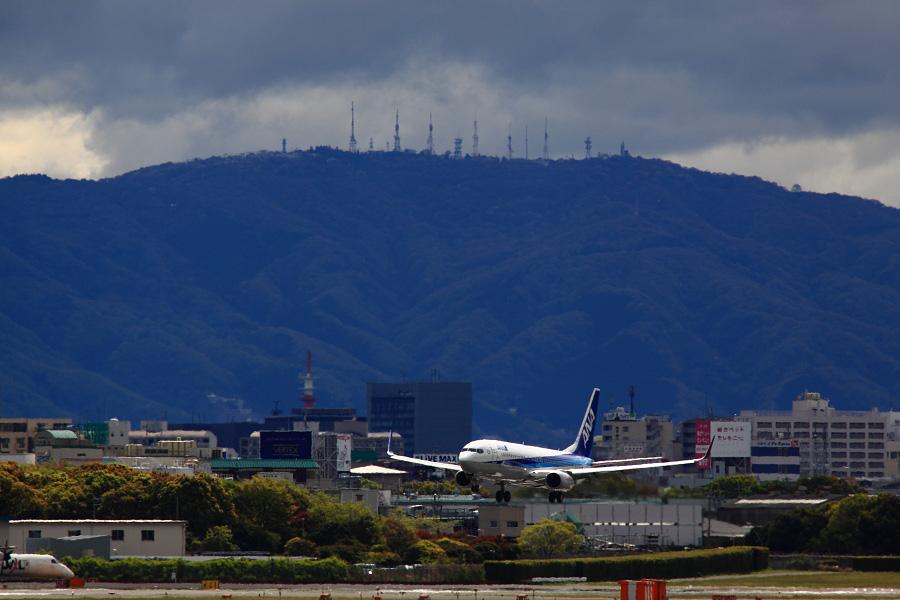 Mt.Ikoma & ANA B737-881 ANA732