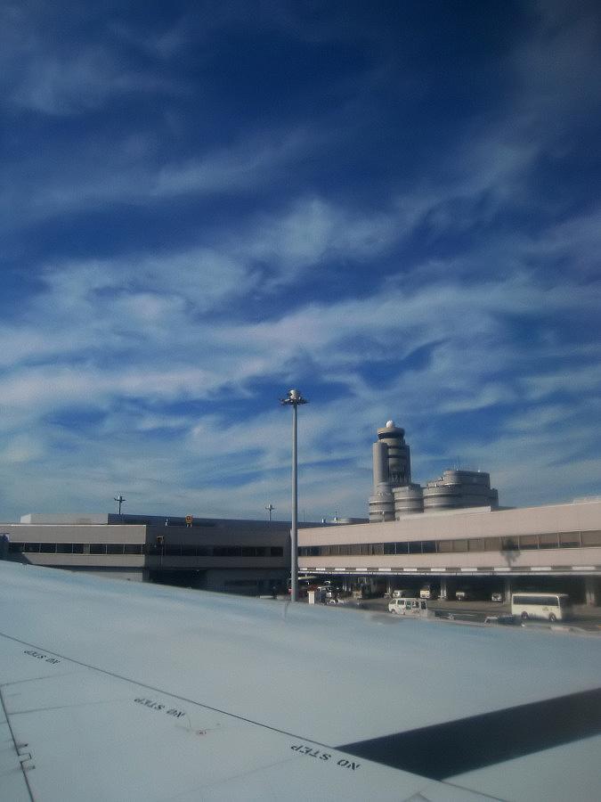 プッシュバック前・今日の座席からの羽田@JAL125 Seat31A(by IXY DIGITAL 910IS)