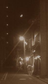 小路の向こうに月