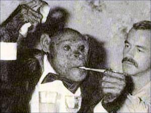 タキシードを着てタバコを吸うオリバー君