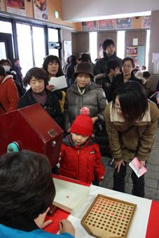 20120102世界のお金つかみ取りと新春大みかんまき1