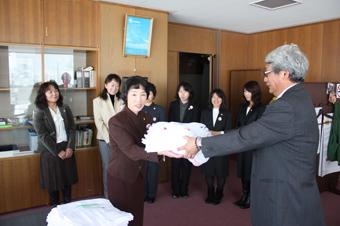 20120201JA北いぶき女性部沼田支部が町老人ホーム等にタオルを寄付