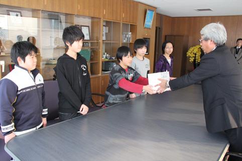 20120214沼田小学校の児童会が東日本大震災の募金