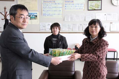 20120329役場主婦の会がプレゼント