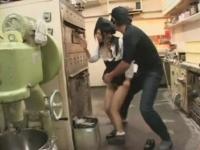 【xvideos動画】健気にパン屋で働く黒髪娘がレイプされ潮を吹く!