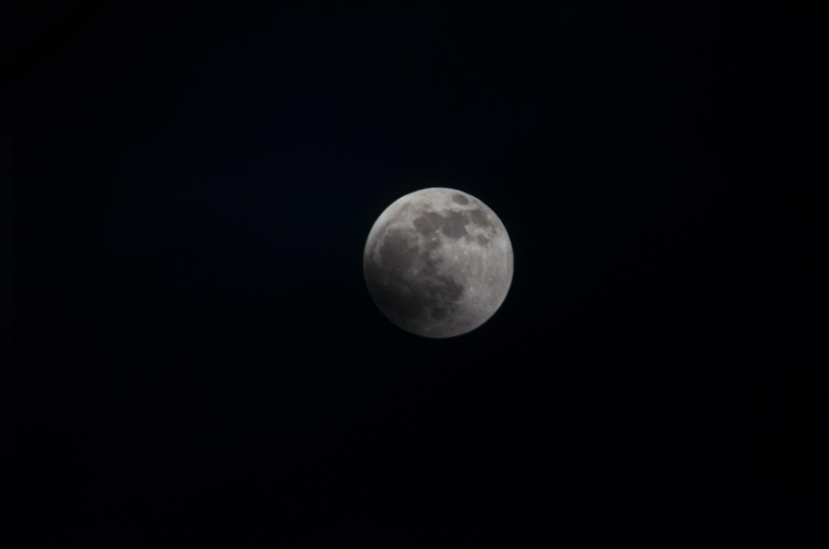 雲の中の満月(食の始まる前)