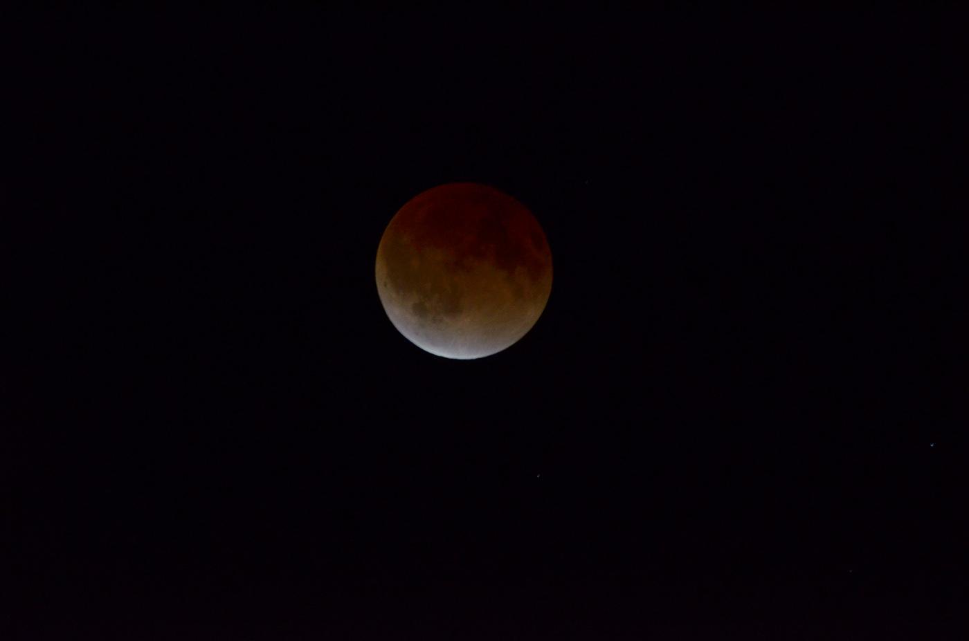 皆既食中の赤い月