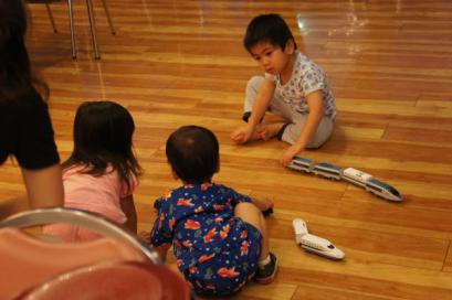 他のテーブルの子供たちを誘って遊びはじめました。
