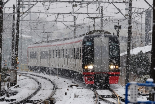 名鉄本笠寺駅・雪の中の名鉄特急