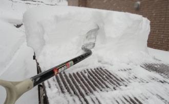 薪小屋屋根の雪下ろし