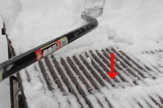 薪小屋屋根から雪が滑り落ちない原因