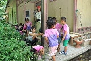 014 8月3日にはこばと保育園のこどもたちが来館。中学生も手伝い