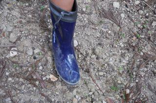 006奥の院からの帰り、障害物につまずいて長靴が破れました。足元には注意しましょう