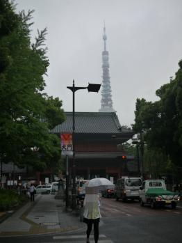 後ろに東京タワー