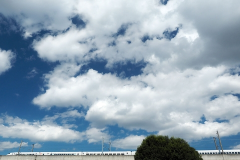 新幹線と秋の空