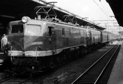 EF58-142(特急色)+EF58(ブドウ色)重連客レ-大阪駅-[2000425]