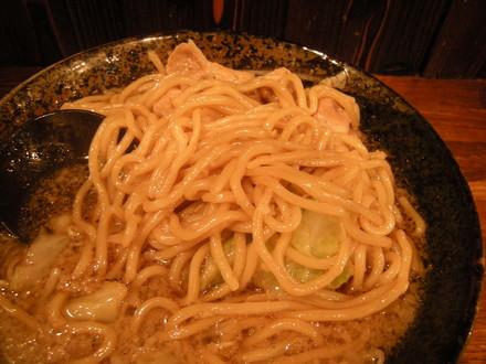 男の根性黒醤油の麺