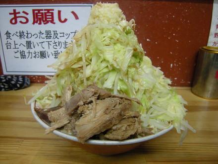 ラーメン並、ニンニクマシマシ、野菜マシマシ(650円)