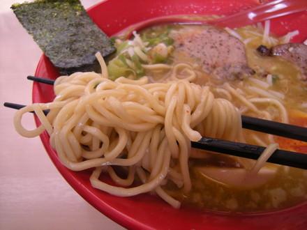 真空チャーシュー味噌カレーらーめんの麺
