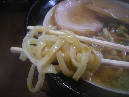 なにわブラックの麺(太麺)