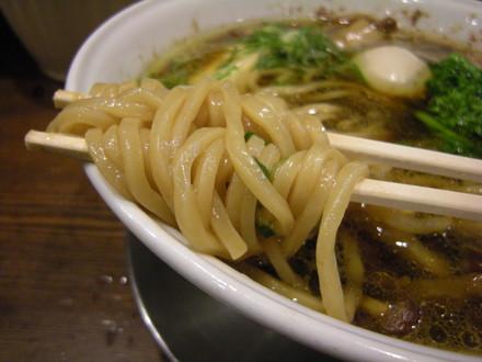 幻の鶏皮の貝正油ラーメンの麺