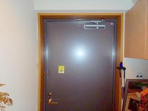 03 施工前 扉室内側の歪み01