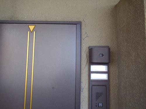 01 施工前 (廊下側の欠損&枠の歪み)
