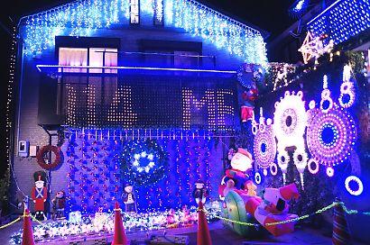 由比LEDが飾り付けられた家-3