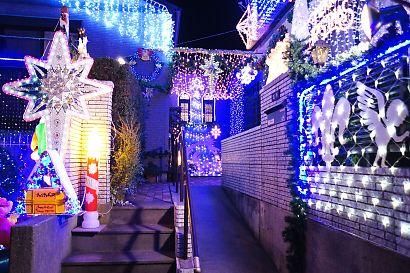 由比LEDが飾り付けられた家-6