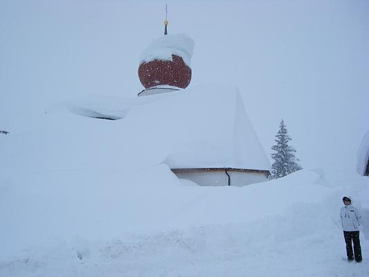 Kirche mit Schneemasse