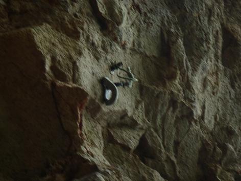同じ岩に3本のボルト