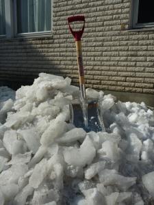 割った圧雪氷の山!