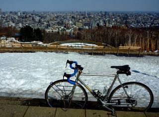 公園内はまだ雪が残ってます。