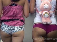 コロンビアにてノーパンツウォーク開催で生脚女性が行進