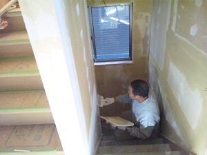 階段パテ塗り