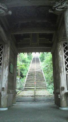 35番札所清瀧寺の仁王門から参道石段